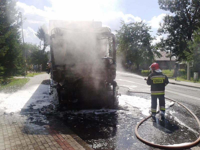 Ciężarówka się paliła, a pijany kierowca spał w rzepaku