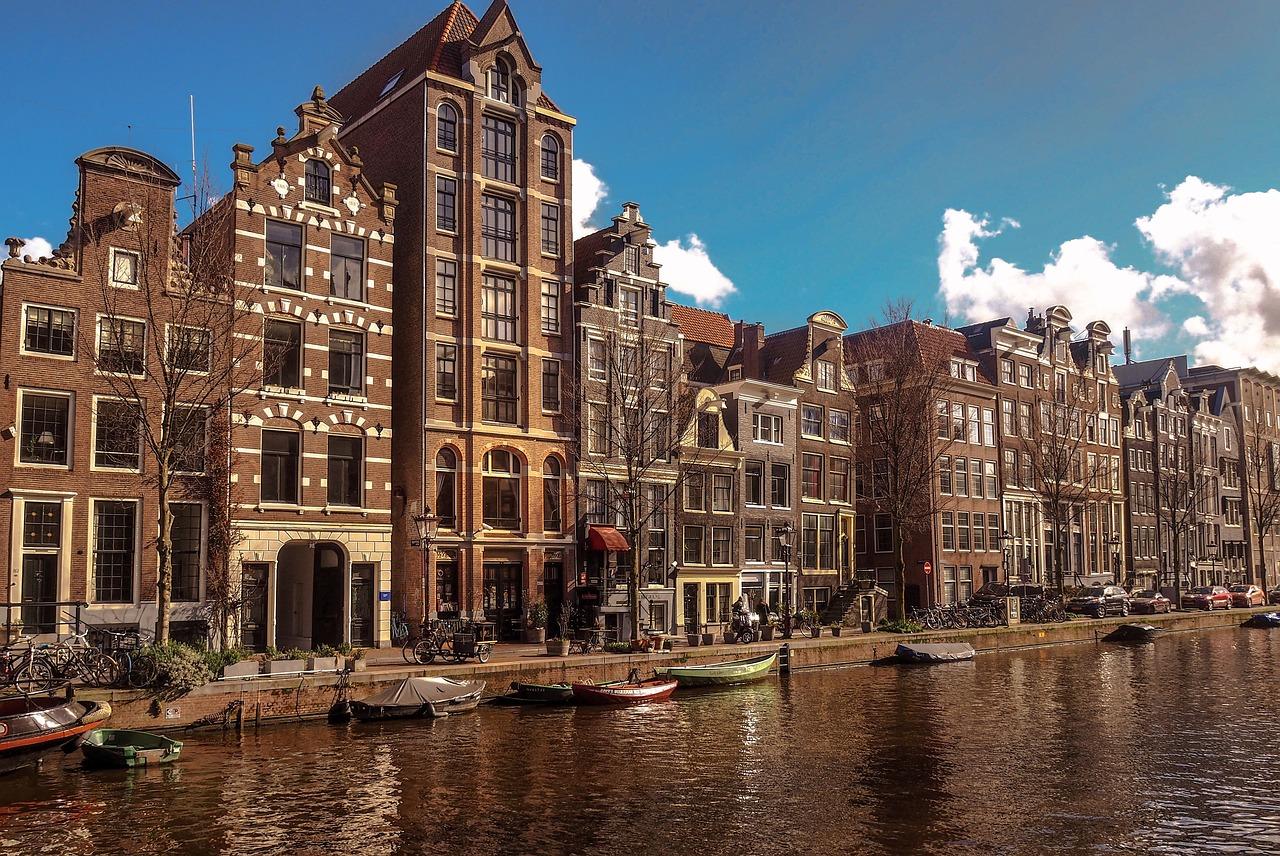 Busem czy samolotem do Holandii? Co wybrać?