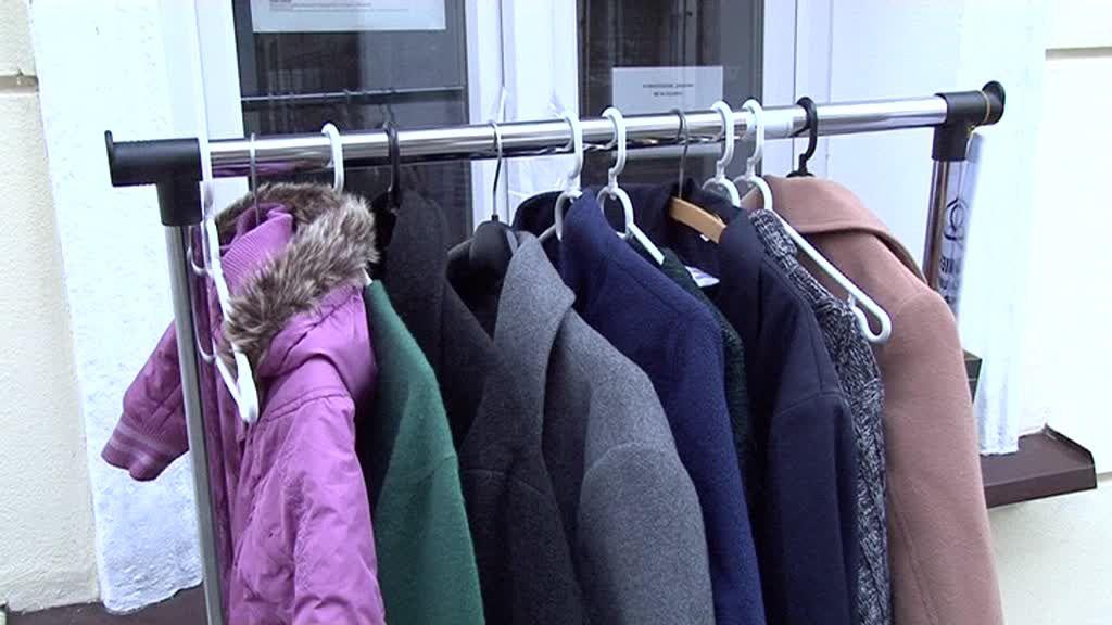 Wieszaki na ubrania przy ul. Żabiej uginają się od odzieży przynoszonej przez mieszkańców!