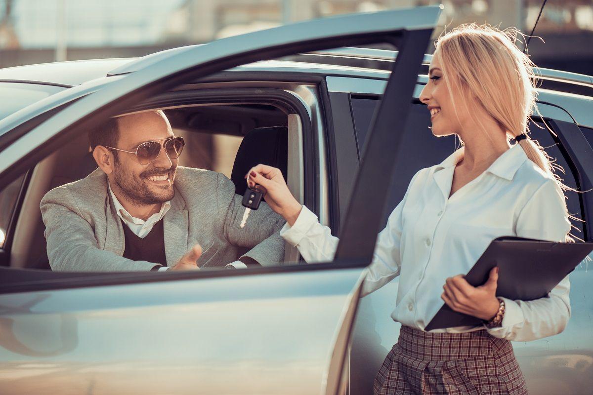 Zalety i wady krótkoterminowego wynajmu samochodów